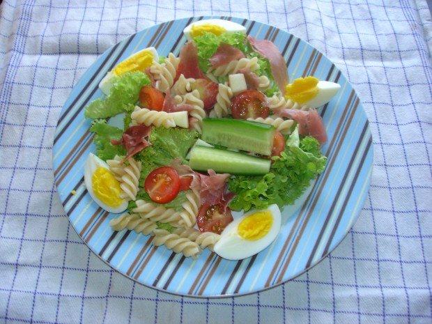 Salat med parmaskinke og æg