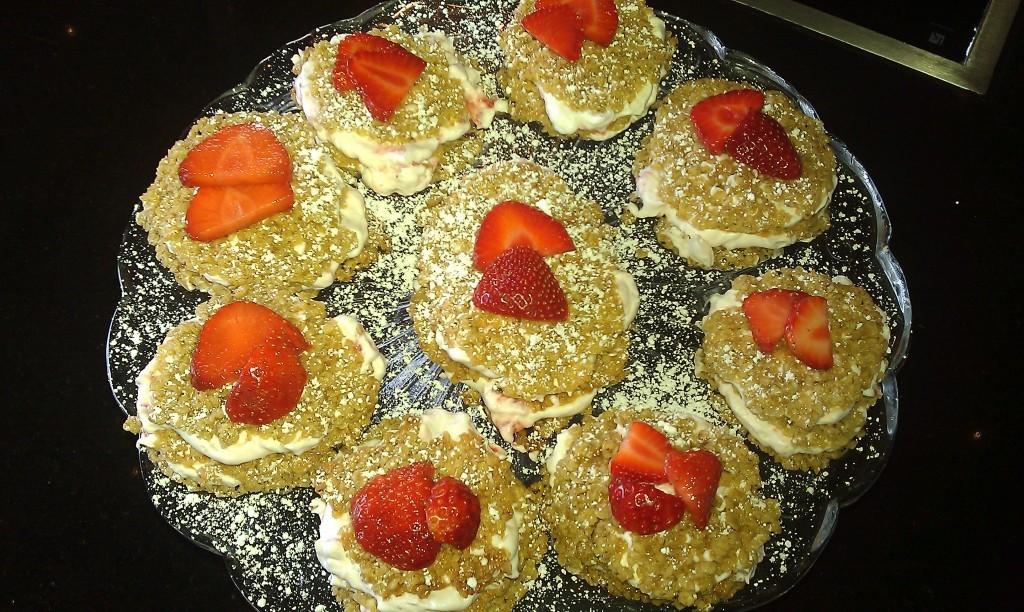 Havregrynskager med jordbærcreme