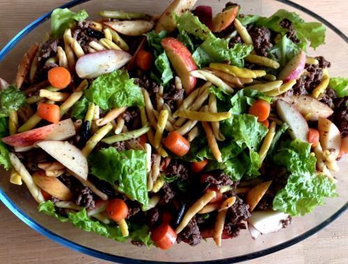 Salat med oksekød og pasta