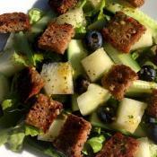 Ristet rugbrød på salat