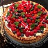 Fødselsdagskage med mandelbund og bær