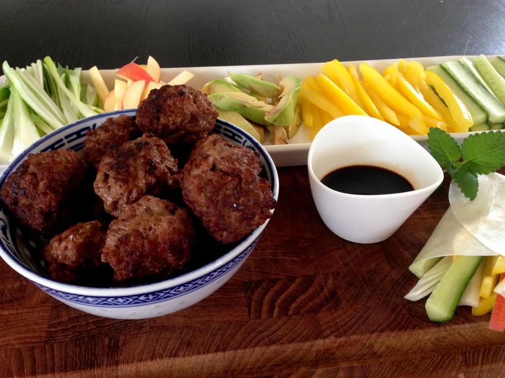 Rispapirruller og små kødboller med soya