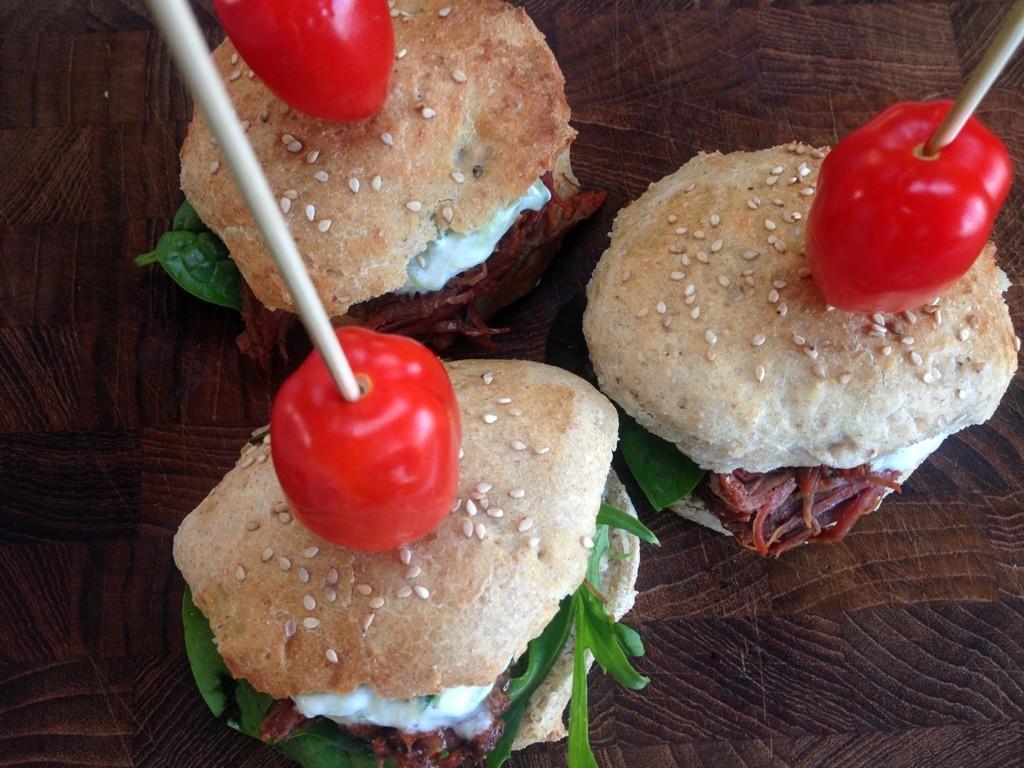 Miniburgere med pulled beef og tzatziki