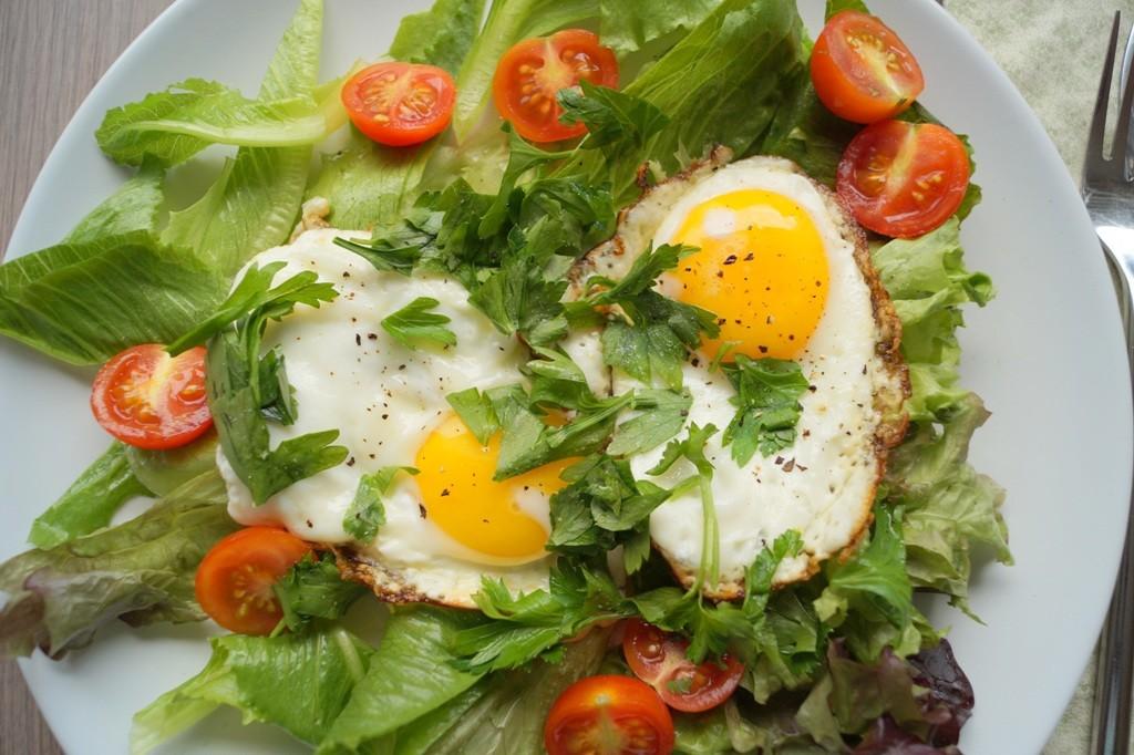 Salat med spejlæg