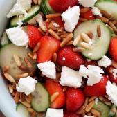 Sommersalat med jordbær og agurk