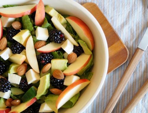 Salat med avocado og brombær