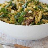 Pastasalat med spinat og ristede hasselnødder