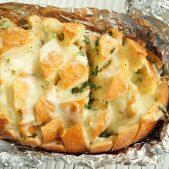 Pull apart hvidløgsbrød med smeltet ost