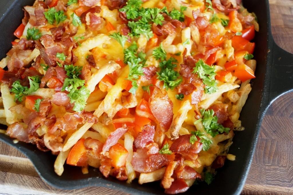 Greasy pomfritter med ost og bacon