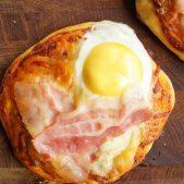 Små pizzaer med æg og bacon