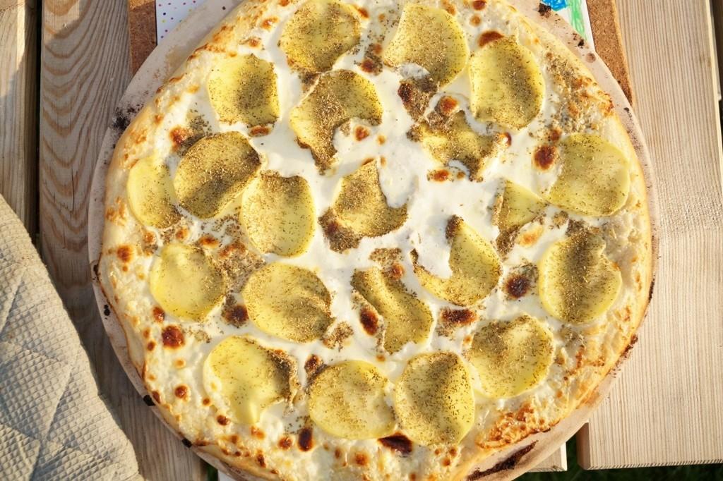Hjemmelavet pizza på grillen
