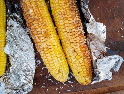 Grillede majs med hvidløgssmør og parmesan