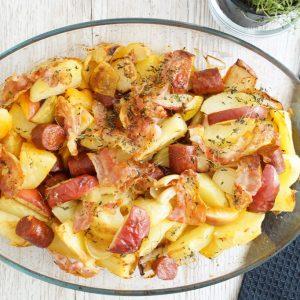 Kartofler i fad med chorizo, æbler og bacon
