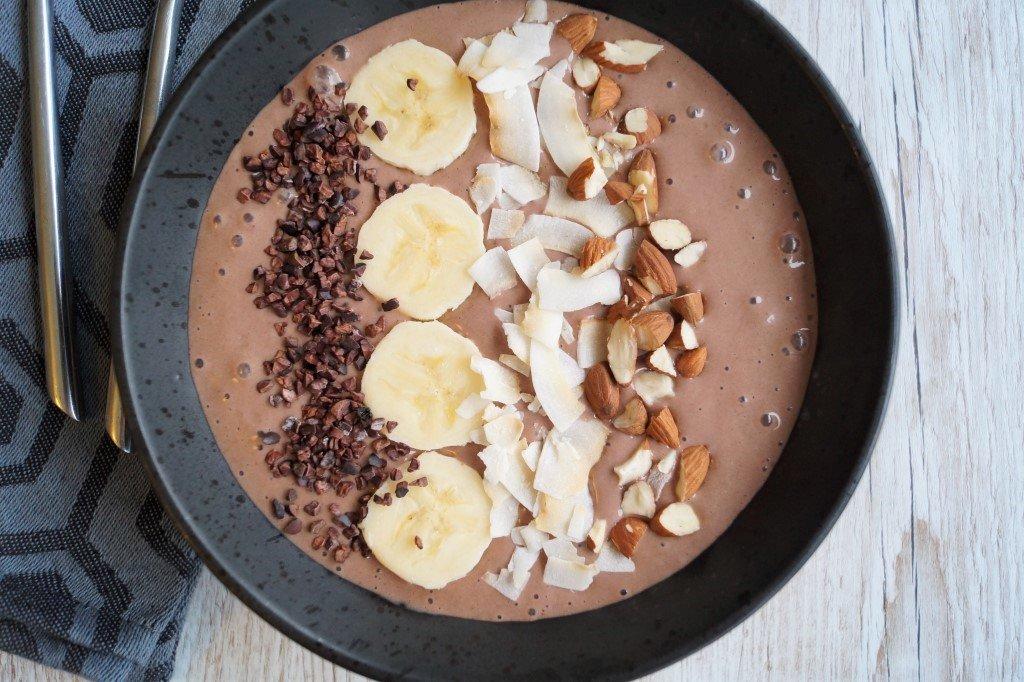 Smoothie skål med banan og kakao
