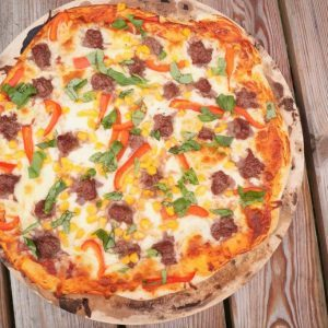 Hjemmelavet pizza med oksekød og basilikum