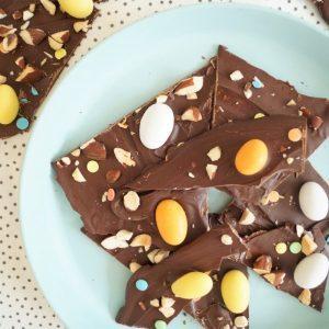 Chokoladebrud med påskeæg og mandler