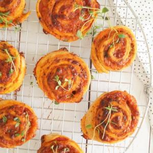 Pizzasnegle med cheddar og frisk timian