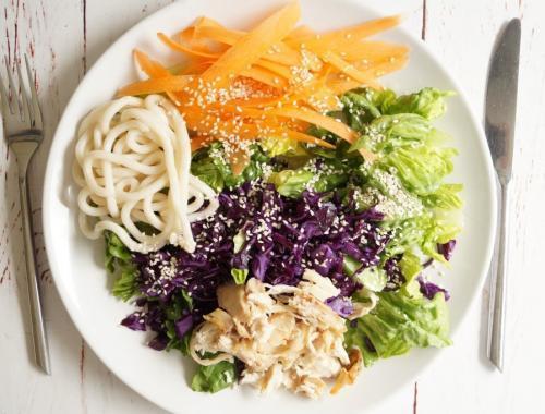 Salat med kylling, nudler og sesamolie