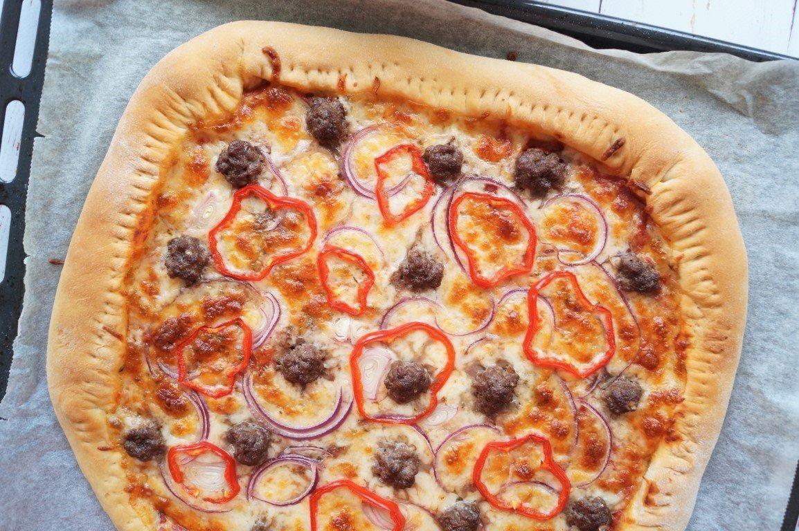 Pizza med ostekant og kødboller