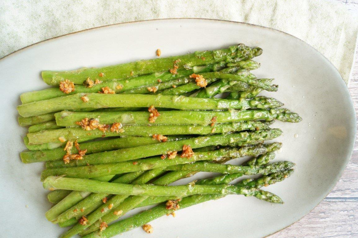 tilberedning af grønne asparges med bacon