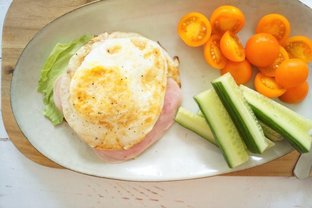 Ægge-toast med skinke og salat
