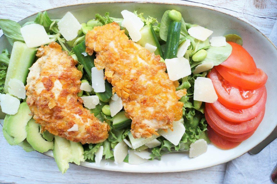 Salat med avocado og crispy kylling
