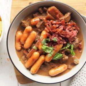Vintergryde med oksekød, pølser og bacon