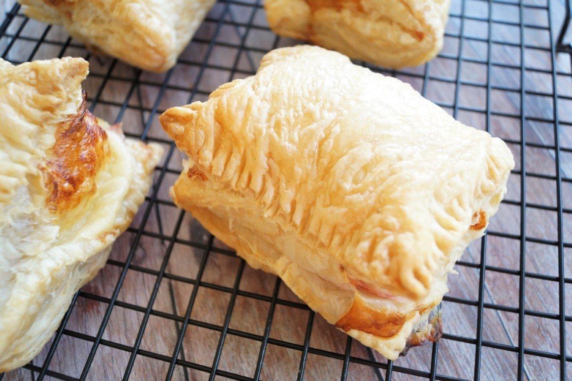 Butterdejspakker med skinke og ost