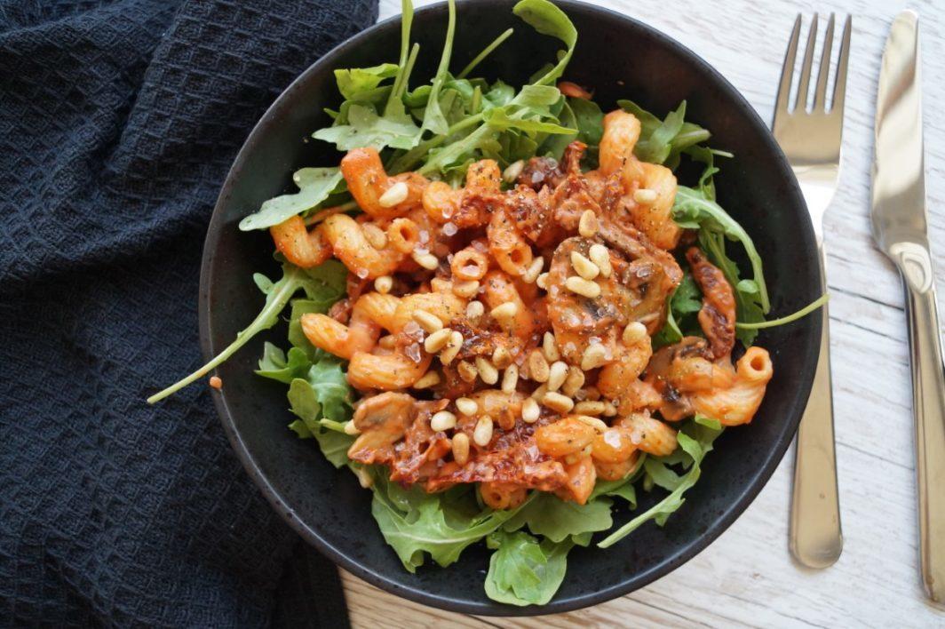 Vegetar pastaret med champignon og soltørrede tomater