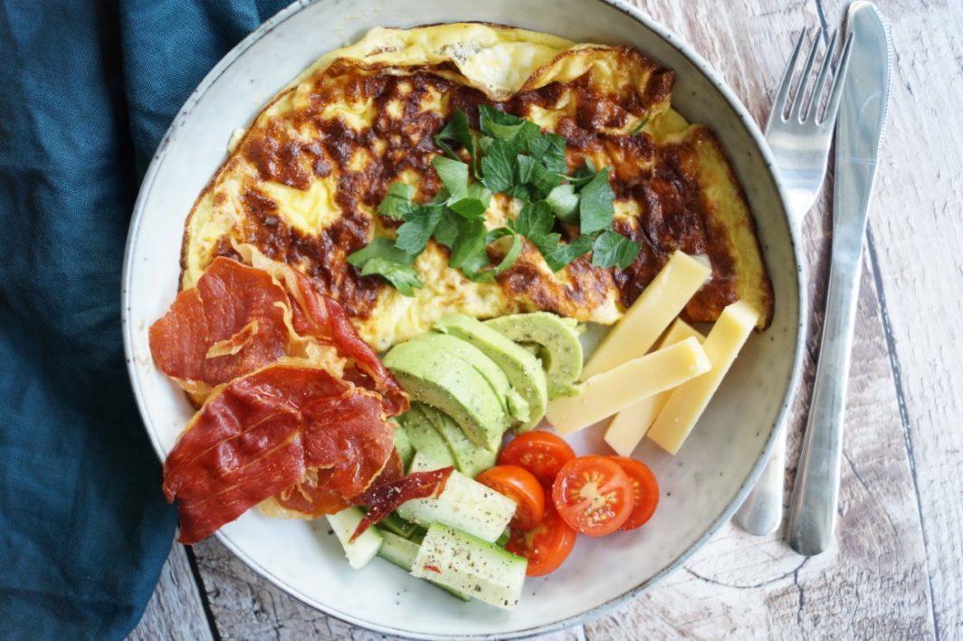 Omelet med sprød serranoskinke