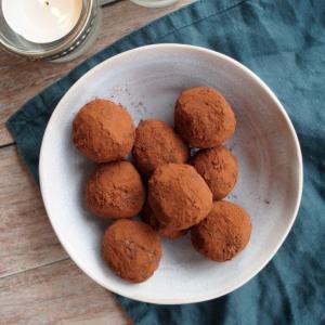 Dadelkugler med appelsin og kakao