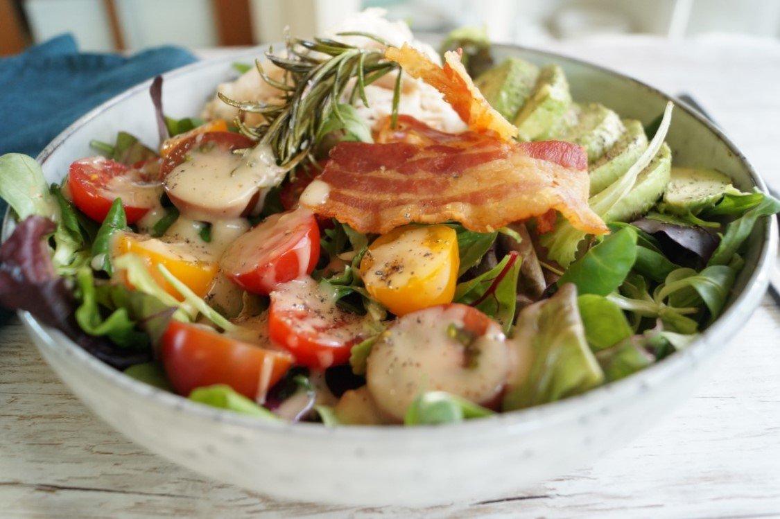 Salat med rosmarin-kylling og avocado